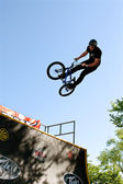 Young Man Practices Jump Tricks At BMX Competition — Stock Photo