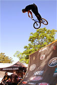 Man Jumps Bike On Ramp Prepapring For BMX Competition — Stock Photo