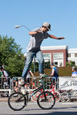 Man Practices Flatland Bike Tricks Before BMX Competition — Stock Photo