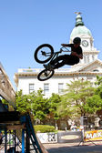 Teenage Boy Practices Ramp Jumps At BMX Competition — Stock Photo