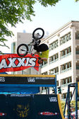 Young Man Practices Bicycle Flips Before BMX Competition — Stockfoto
