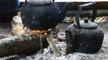 Şenlik ateşi kırsal Tayland tarihinde eski su ısıtıcısı — Stok video
