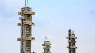 Labor build pillar in construction site — Video Stock