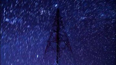 Torre grande comunicazione lasso di tempo e bella startrail nel cielo notturno — Video Stock