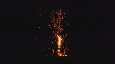 Pequeños fuegos artificiales en jarra de arcilla — Vídeo de stock