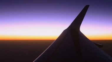 Silhouette wing of airplane and twilight sky — Stockvideo