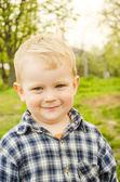 小的孩子,身穿格子衬衣. — 图库照片