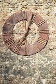 Cadran antique sur fond de mur — Photo