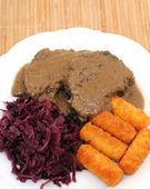 Arrosto di cinghiale con crocchette di patate e cavolo rossi — Foto Stock