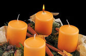 Advent wreath with yellow candles, one of them burning — Zdjęcie stockowe