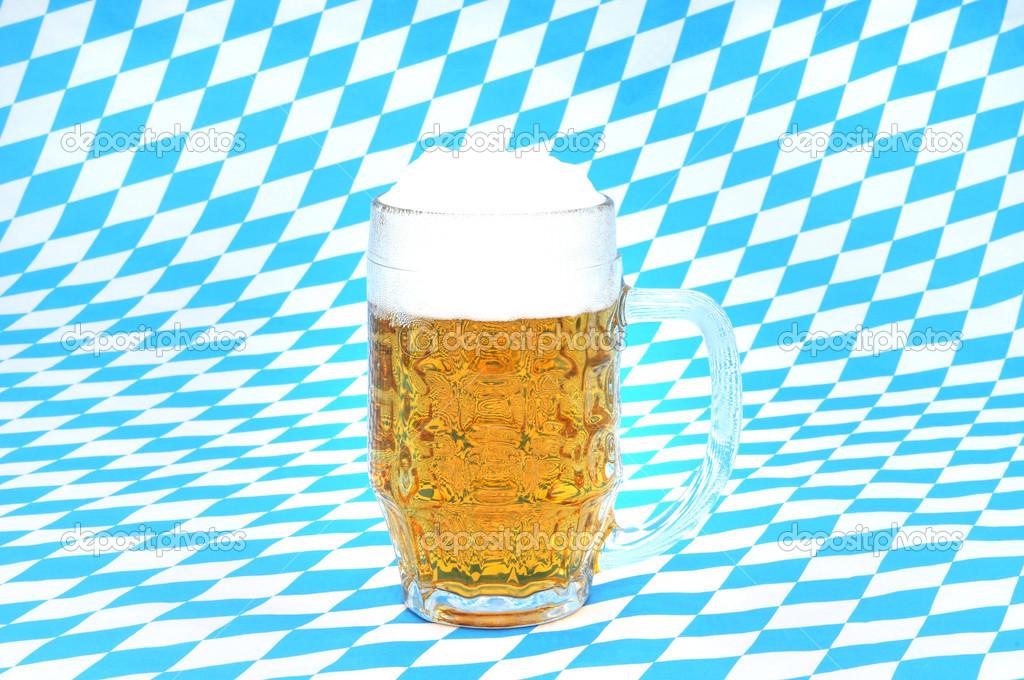ein frisches glas bayerisches bier vor einem wei blauen. Black Bedroom Furniture Sets. Home Design Ideas