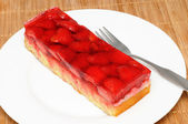 Fresh strawberry cake on a white plate — ストック写真