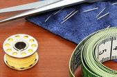 Artículos de coser sobre una mesa de café — Foto de Stock