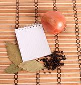 木製の背景にスパイスと空白のノートブック — ストック写真