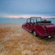 Abandoned classic cars and beach sunrise dawn — Stock Photo