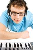 Midi キーボードやヘッドフォンと青いシャツの男ある分離 — ストック写真