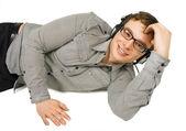 Joven guapo de gafas con auriculares sonriendo o aislado — Foto de Stock