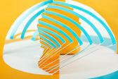 Ritaglio astratto blu e arancio composizione di carta, volteggiare strisce — Foto Stock