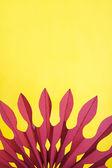 Composition abstraite de papier jaune et violet, forme d'éventail — Photo