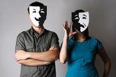Homem e mulher em máscaras de emoções de teatro preto e branco, meia bo — Foto Stock