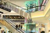 Centre commercial avec des escaliers mécaniques et en mouvement — Photo