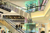 Shopping com escadas rolantes e em movimento — Foto Stock