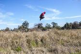 Adam havada yüksek atlama — Stok fotoğraf