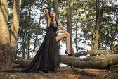 Sensuele mannequin naast boom — Stockfoto