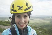 Dağda gülümseyen çekici genç kız — Stok fotoğraf