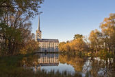 Temple Peter and Paul on the banks of the pond. Yaroslavl, Russi — Stock Photo
