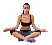 Sportif genç kız pratik yoga — Stok fotoğraf