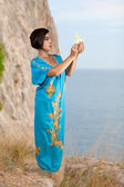 Girl in blue indian dress on seacoast — Stock Photo