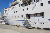 Board and gangway of cruise liner — Stock Photo