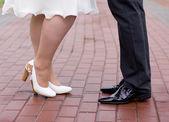 Schoenen van een bruid en bruidegom wandelen door de stad bestrating — Stockfoto