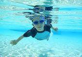 Chico natación, tiro subacuático — Foto de Stock