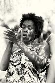 女人从多哥拍她的手 — 图库照片