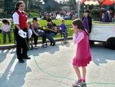 Menina joga na disneylândia — Foto Stock