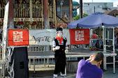 Street juggler shows his tricks — Stock Photo