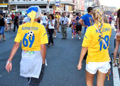 Two Ukranian fans walk in Kiev during EURO 2012 — Stock Photo