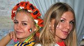 Les filles ukrainiennes et anglais ensemble au cours de l'euro 2012 — Photo