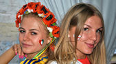 Ukraiński i polski dziewczyny razem podczas euro 2012 — Zdjęcie stockowe