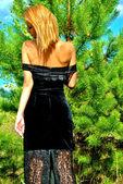 Sexuální dívka v černých šatech v lese — Stock fotografie