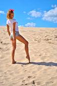Increíble poses sexuales chica en el desierto — Foto de Stock