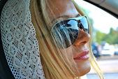 Joven rubia en sol gafas chica unidades — Foto de Stock