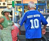 Old Ukrainian man wears football shirt of Dynamo Kyiv, with the inscription Ricky Martin — Stok fotoğraf