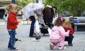 Little children feed the pigeons — Stock Photo