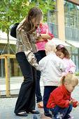 Glückliche kinder füttern die tauben mit samen — Stockfoto