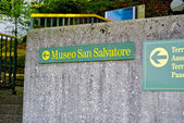 Direction sign to the San Salvatore museum — Stock Photo