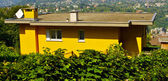 Mooi geel huis in zwitserland — Stockfoto