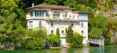 Mode, die Gebäude am Ufer des Sees — Stockfoto